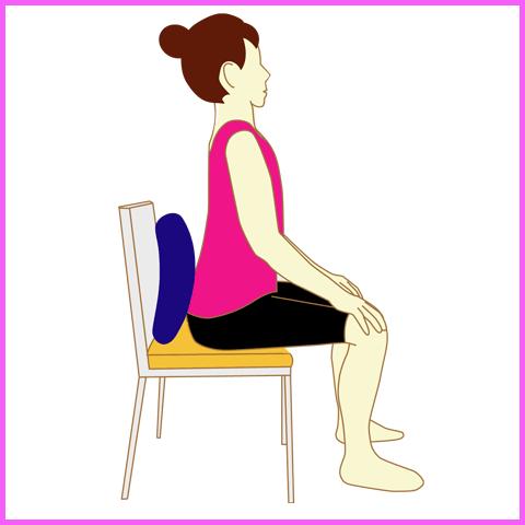 クッションを使って猫背を改善する座り方