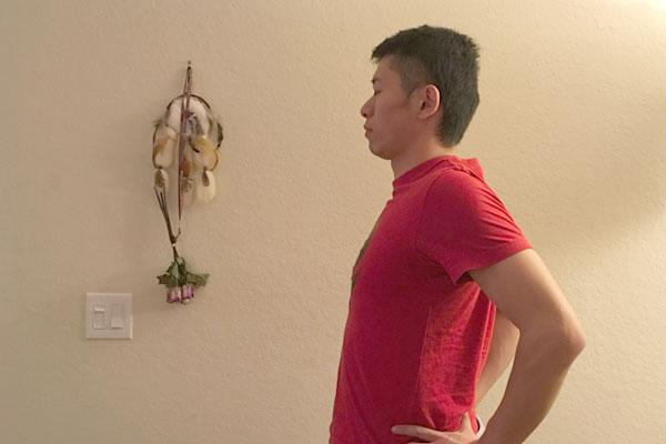 両腕の肘を後ろにひきつけて肩甲骨のストレッチ
