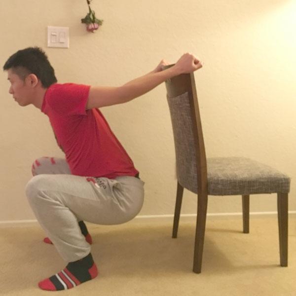 椅子を活用した肩甲骨ストレッチの方法