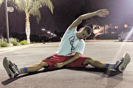 開脚して体側をストレッチして身体の柔軟性を高める