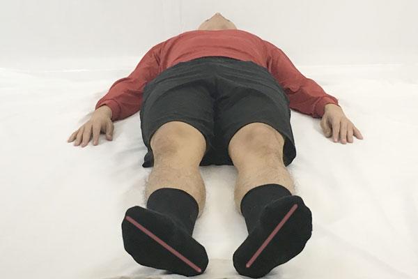 足の開き具合をチェックして腸腰筋の緊張度合いを確認する