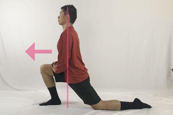 両手を前の膝にあてて重心を前方へシフトして腸腰筋をストレッチしていく