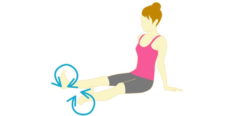 足首をぐるぐる回してふくらはぎのストレッチの仕上げを行う方法
