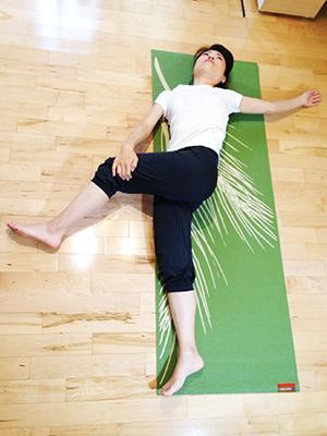寝る前に最適なストレッチメニュー:腰を捻るストレッチ