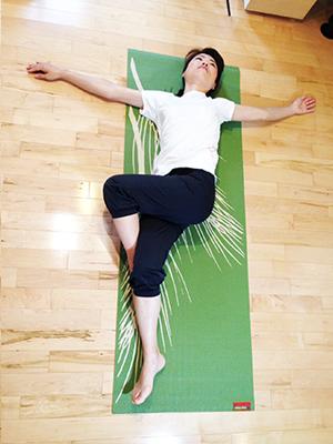 下背部と臀部を一緒にストレッチして腰痛改善2