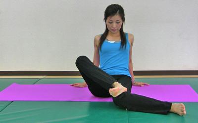 座って行う骨盤矯正体操4