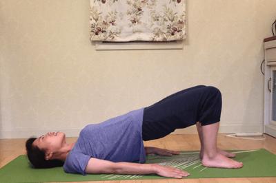 腰痛を緩和するダブルレッグブリッジ