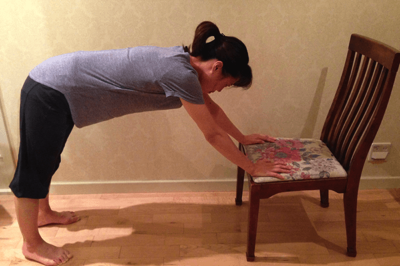 自重トレーニング:パイク・プッシュアップ椅子を使って1