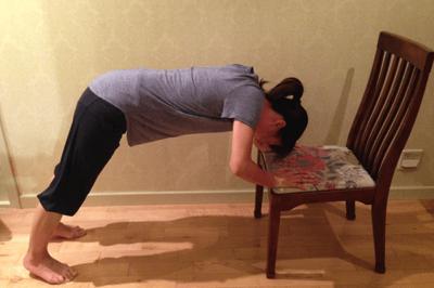 自重トレーニング:パイク・プッシュアップ椅子を使って2