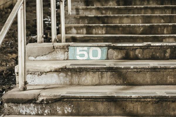 階段を踏み台昇降運動に活用する