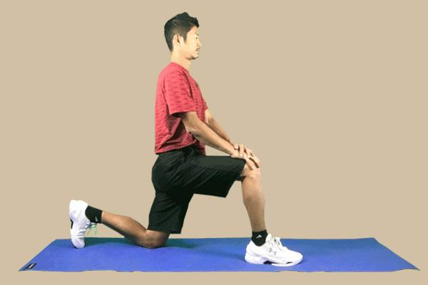 股関節の屈曲群のストレッチ姿勢を正したスタンバイのポーズ