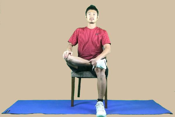 姿勢よく座る事が大事で、骨盤を垂直に立てて座ります。