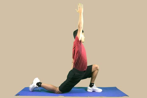 基本の股関節の屈曲群のストレッチでバランスを崩さないのであれば片手をあげてみましょう
