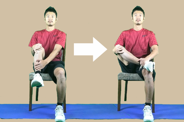 椅子に座ったまま、片足を膝の上に乗せて臀筋群のストレッチを準備