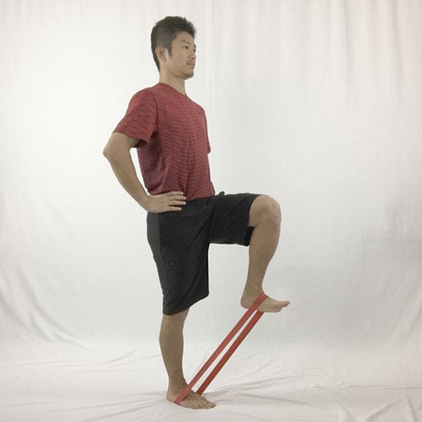 立った状態でゴムチューブを付けてマーチングすることで腸腰筋を鍛えることが可能