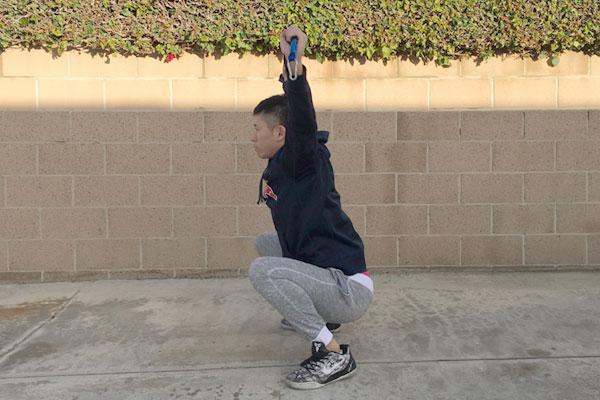 脊柱起立筋群を鍛えるオーバーヘッドスクワット