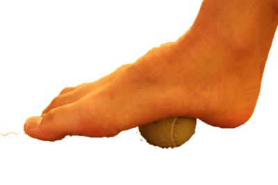 テニスボールで足裏を刺激して足底筋膜炎を緩和