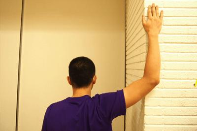 壁を使った胸の筋肉のストレッチ