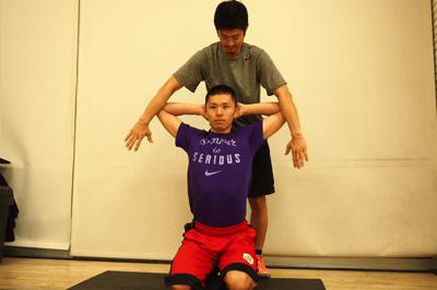 胸の筋肉をほぐすパートナーストレッチ