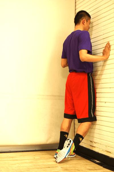 立位での前脛骨筋のストレッチ