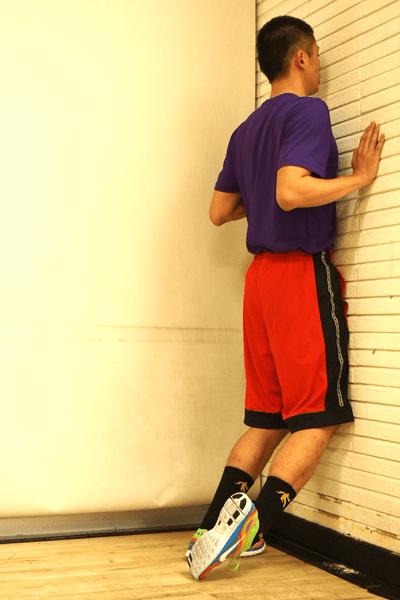 立位での前脛骨筋のストレッチ2