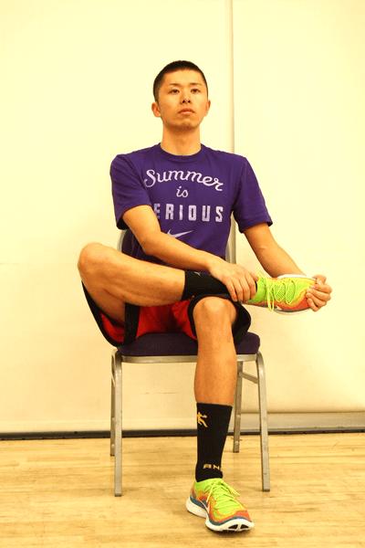 椅子に座って前脛骨筋をストレッチ1