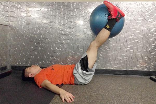 腹直筋をバランスボールで鍛える方法2
