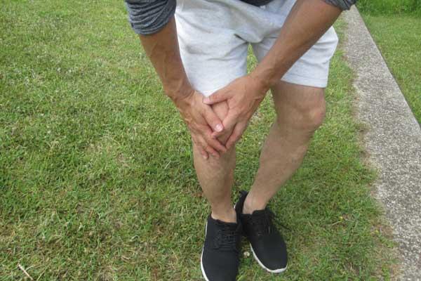 スクワットで膝や太ももに痛みを感じた時の対処法と筋肉痛の関係