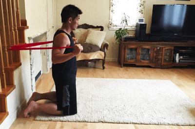 チューブを負荷にする腹筋トレーニング
