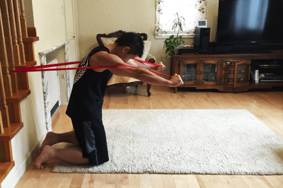 両腕を前に伸ばし(肩関節屈曲・肘関節伸展位)ながら、上体を前に倒していきます