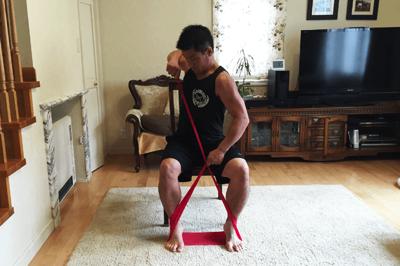 身体を斜めに回旋する形で腹斜筋の収縮を意識しながらチューブを引っ張ります