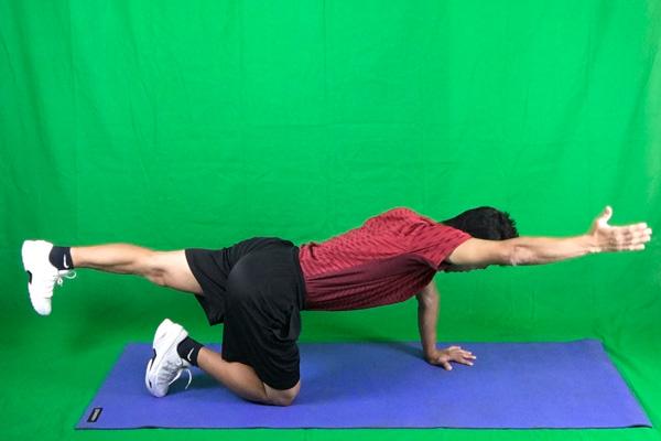 腕とは反対の足を伸ばしてダイアゴナルの完成