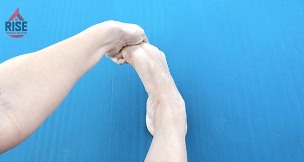 外反母趾の緩和に役立つ親指の屈曲→足首の内反