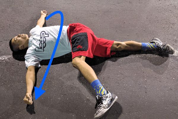 胸周りから肩の前部を伸ばすストレッチで野球肩の予防