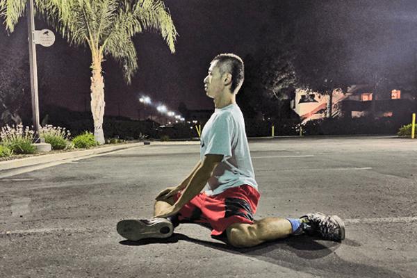 大殿筋のストレッチ1:股関節と膝を90°に