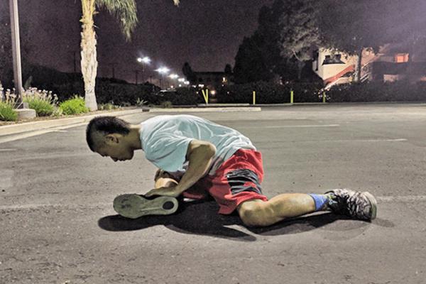 大殿筋のストレッチ2:膝は地面に押し付けたまま上体を前方へ倒す