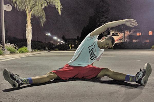 開脚で体側を伸ばし、腰方形筋をストレッチする方法