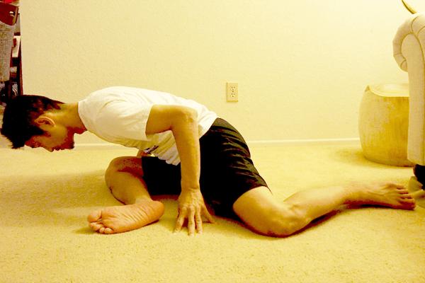 臀筋をほぐして股関節の柔軟性を高める90°90°ストレッチ2