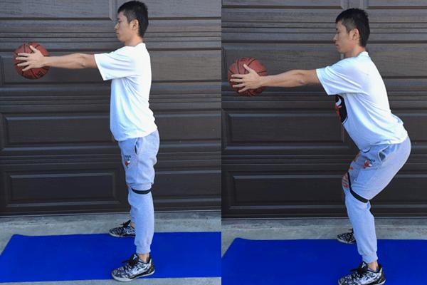 脊柱を安定させるメディスンボールエクササイズでスクワットの練習