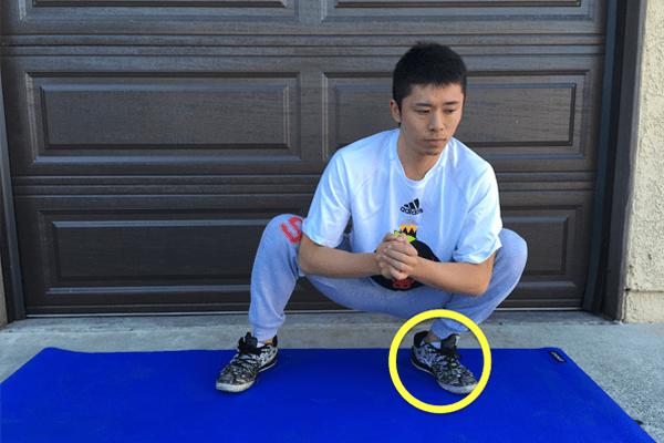 スクワット前の準備運動として足首の柔軟運動