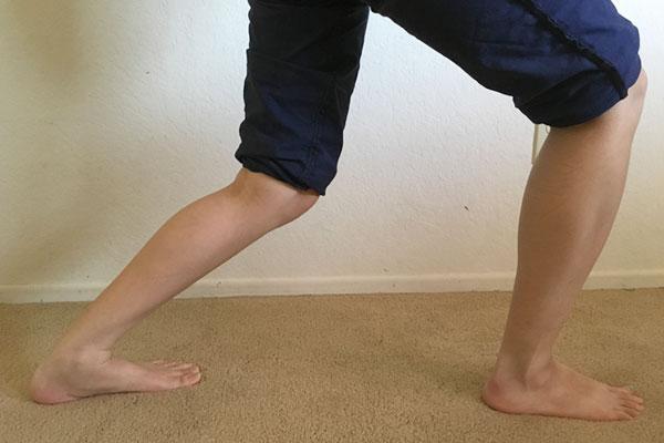 ヒラメ筋をストレッチ:膝を曲げることでヒラメ筋に効かせる