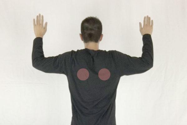 テニスボールを使ったストレッチで肩甲骨の間をほぐす